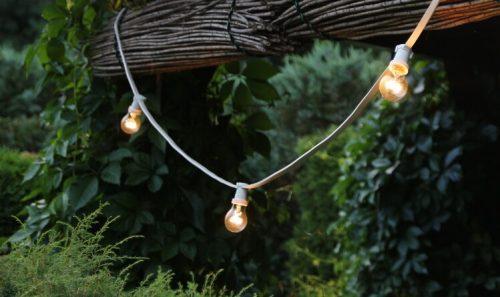girlanda świetlna w ogrodzie oświetlenie ogrodu