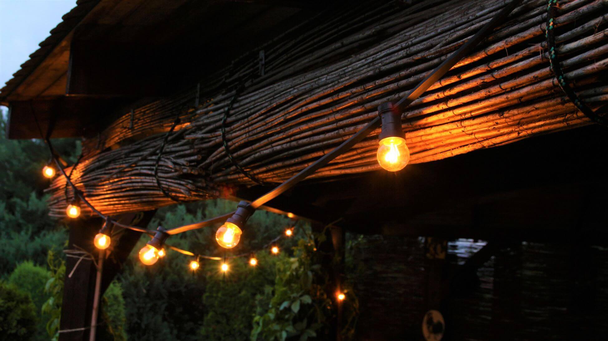 girlanda świetlna nazywana również girlanda ogrodowa doskonale sprwadza się jako oświetlenie altany ogródka piwnego czy imprezy plenerowej