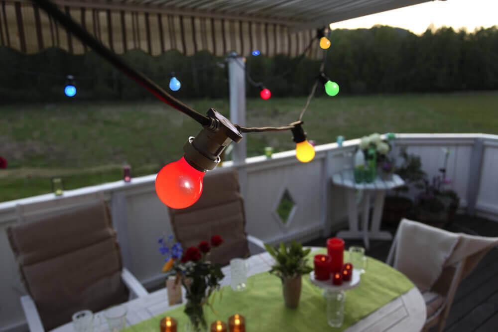 Girlanda ogrodowa z kolorowymi żarówkami LED girlandyzarowkowe.pl