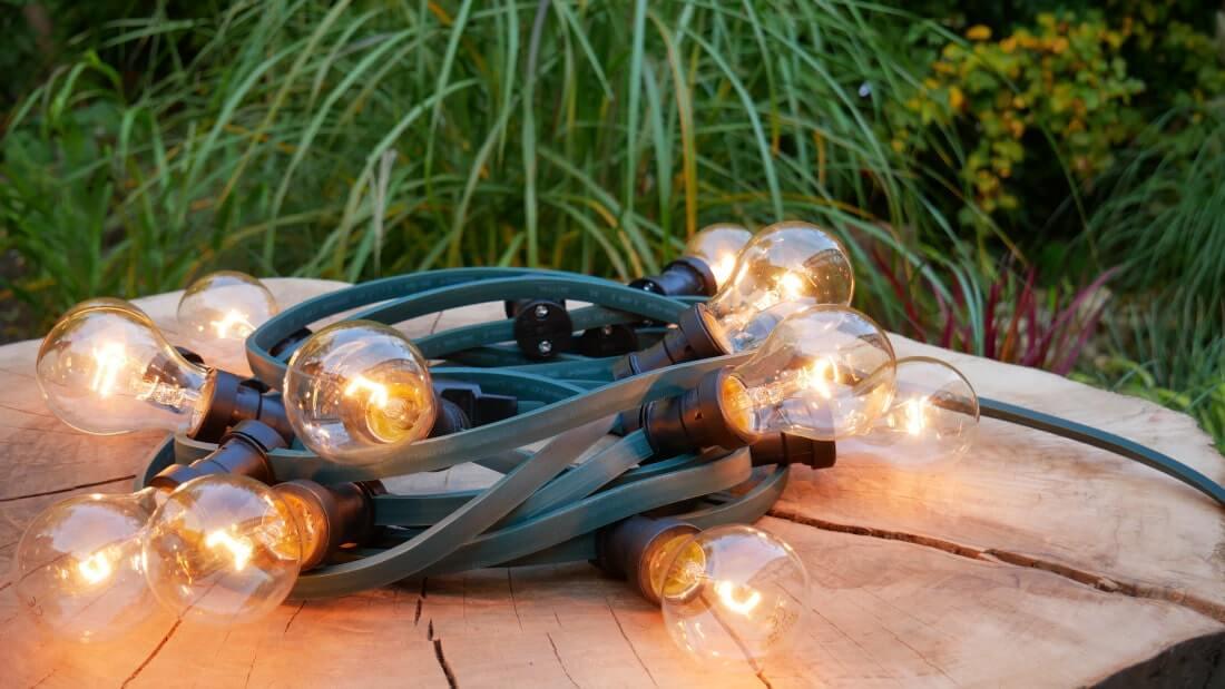 na zdjęciu girlanda świetlna z żarówkami tradycyjnycmi 15 W