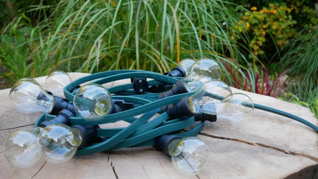 na zdjęciu girlanda ogrodowa z żarówką tradycyjną 15W A19
