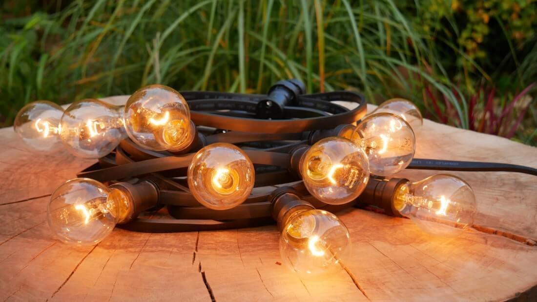 na zdjęciu girlanda ogrodowa z żarówką tradycyjną 15W