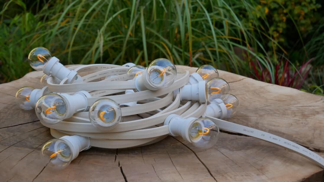 Zdjęcie prezentuje girlandę świetlną z żarówkami LED filament deco G45 0,6W 50 lm