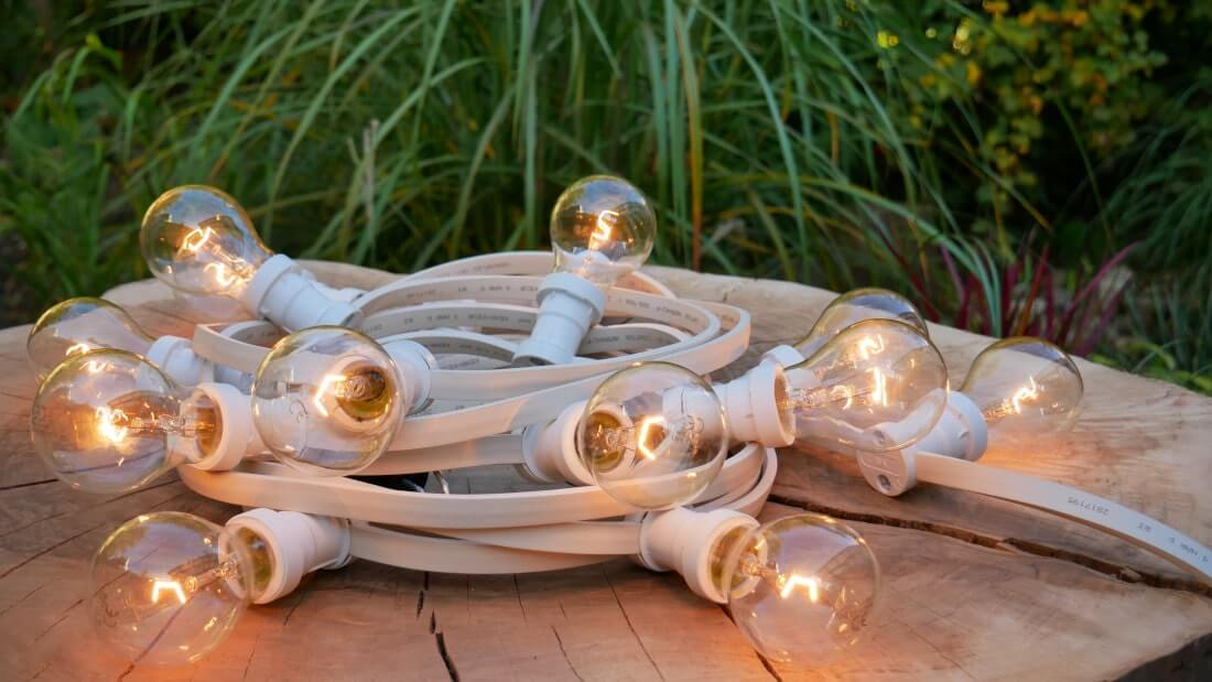 żarówki edisona pięknie świecą zamontowane w girlandach świetlnych
