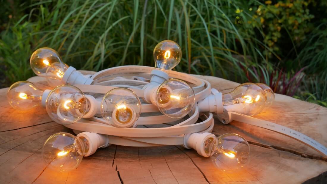 na zdjęciu świecąca girlanda żarówkowa z żarówkami LED filament imitującymi żarnik tradycyjnej żarókwki