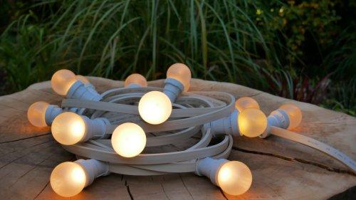 na zdjęciu girlanda świetlna z żarówką mleczną LED