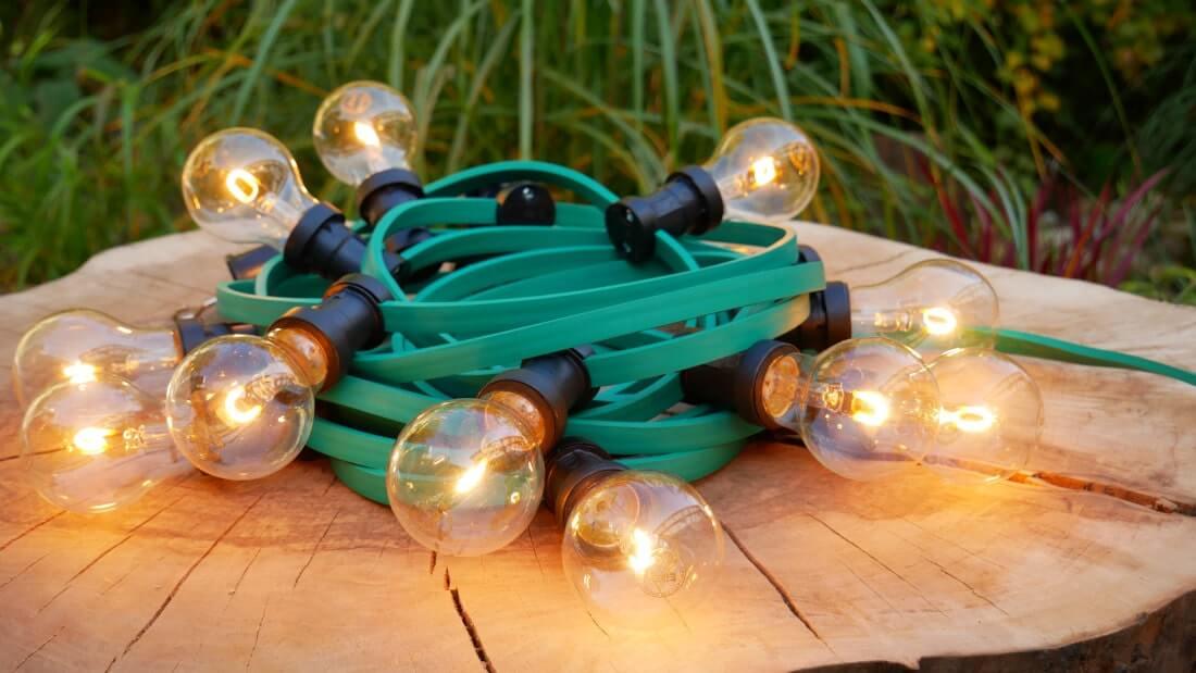 na zdjęciu girlanda ogrodowa z żarówkami led filament 1 W na tle ogrodu