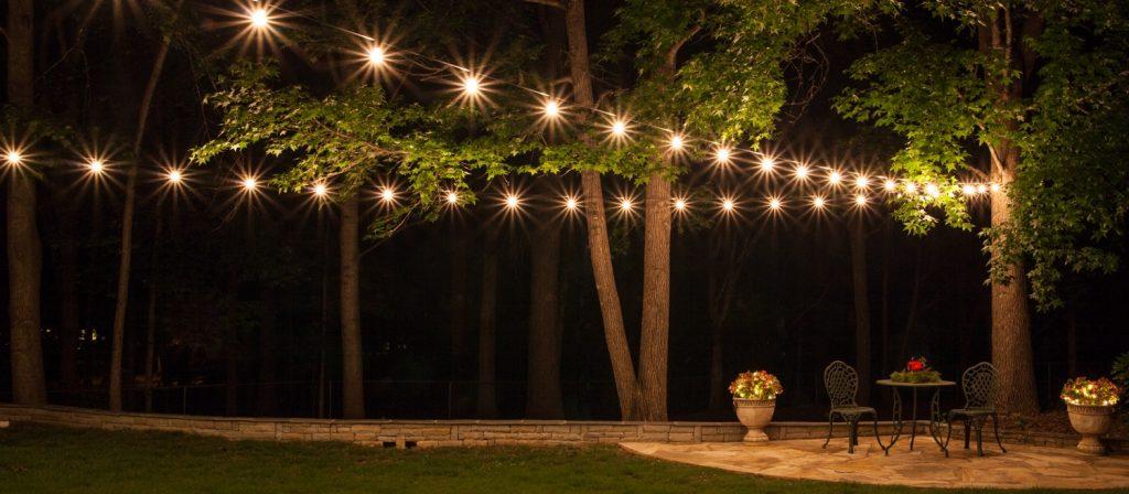 Na zdjęciu girlanda ogrodowa żarówkowa profesjonalna, oświetlenie do ogrodu